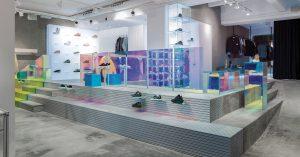 Un magasin de sneakers avec un style aluminium futuriste
