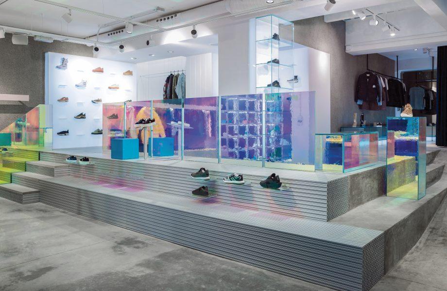 Un negozio di scarpe sportive con un aspetto futuristico in alluminio