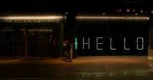 Installation lumineuse interactive : un message personnalisé à la demande