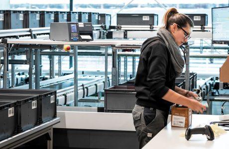 Ergonomische Arbeitsplätze im Logistiklager von Haberkorn